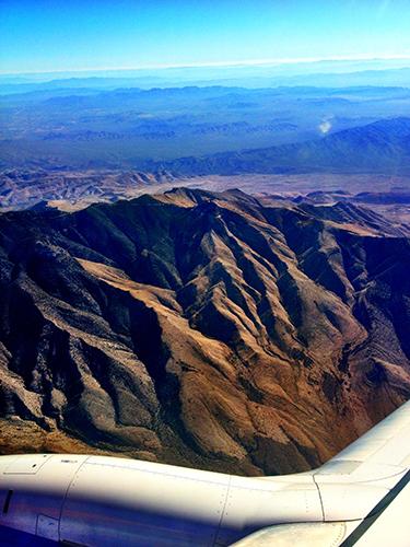 Klippiga bergen på väg in mot Las Vegas med Southwest Airlines