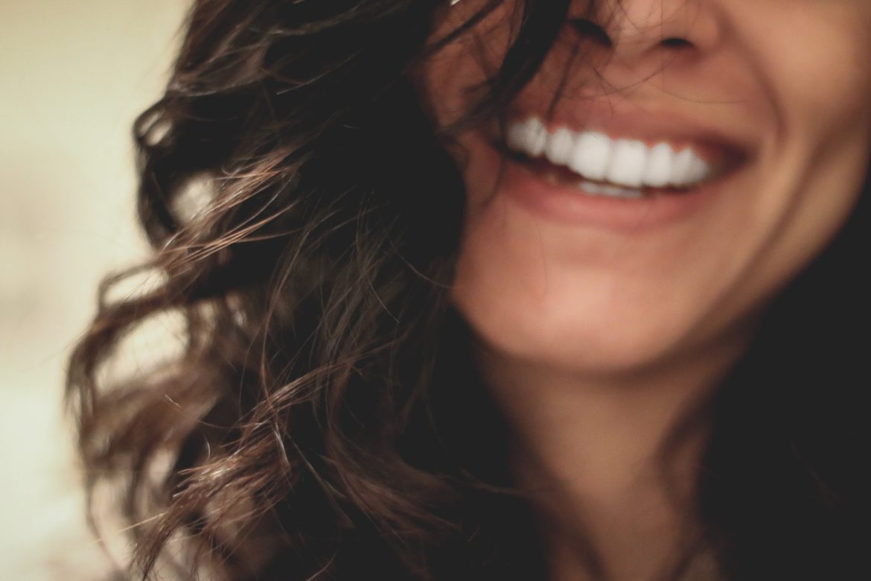 leende vackra tänder