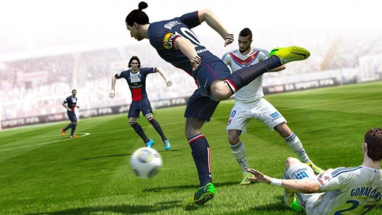 Zlatan håller i bollen i FIFA 16. Armar och fingrar finns jobb kvar att göra med i kommande spel.