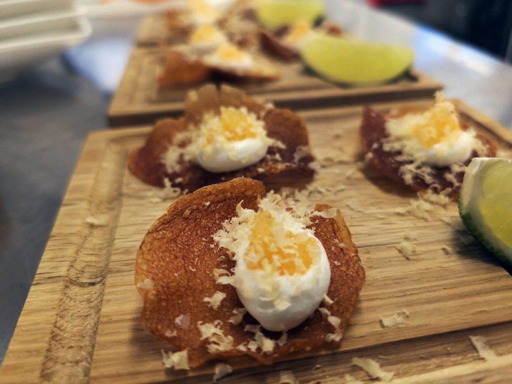 syrad havre fraiche på potatischips, toppad med löjrom och gravad äggula.