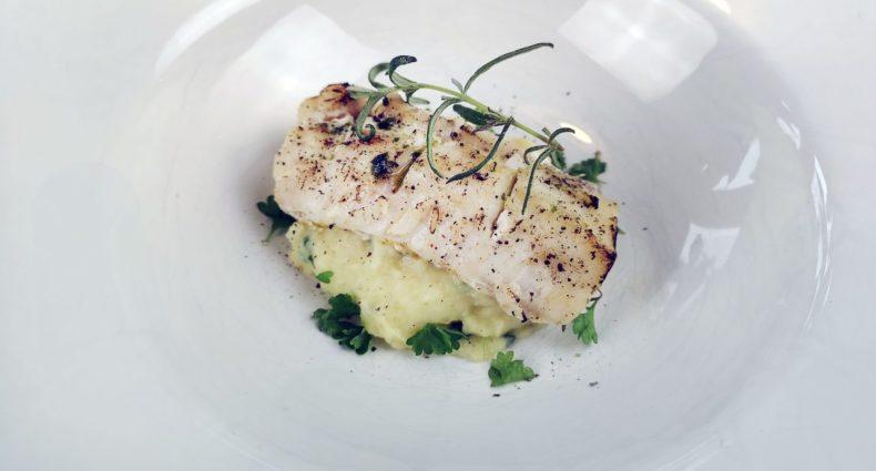 torsk potatis palsternacka pure rosmarin upplägg ugnsbakad fisk