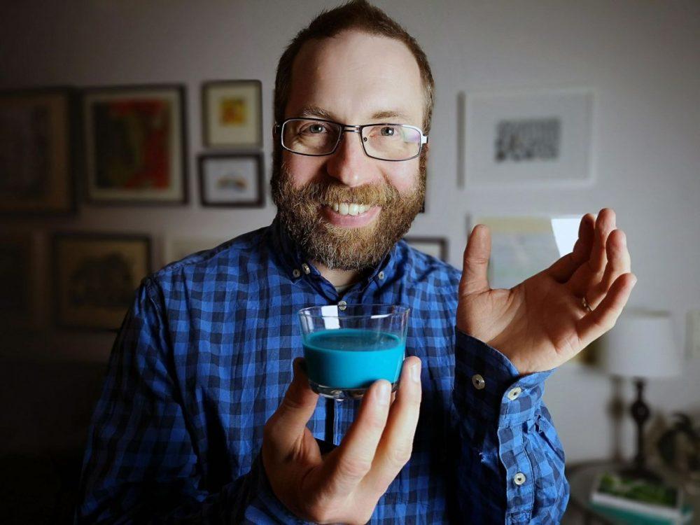 blå mjölk serverat i glas