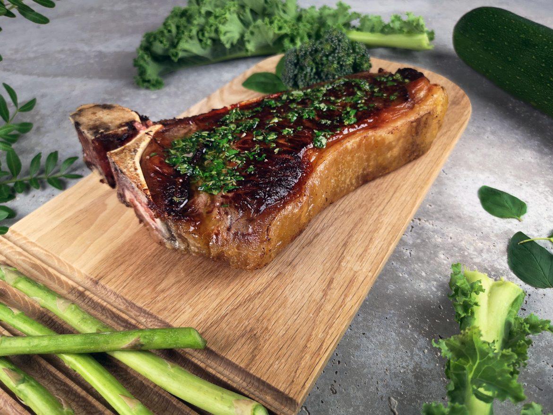 ekologisk närodlad ryggbiff med broccoli, zucchini och timjan