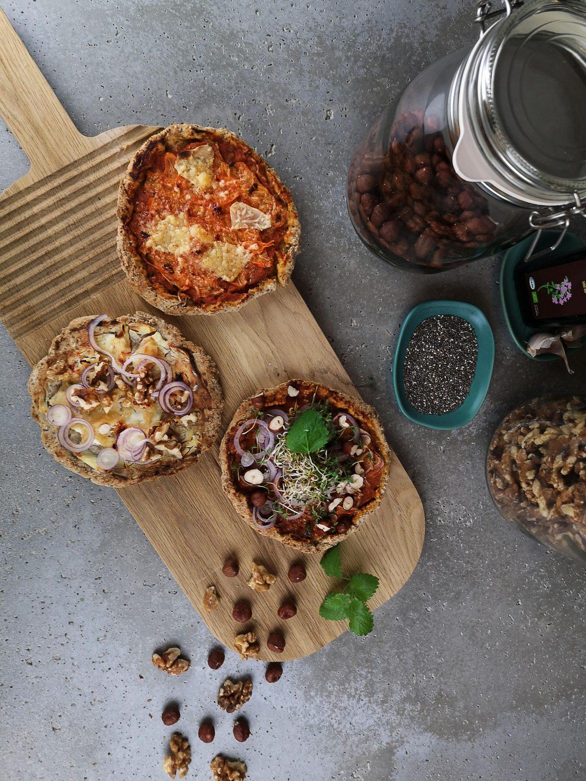 hembakad minipizza med olika topping
