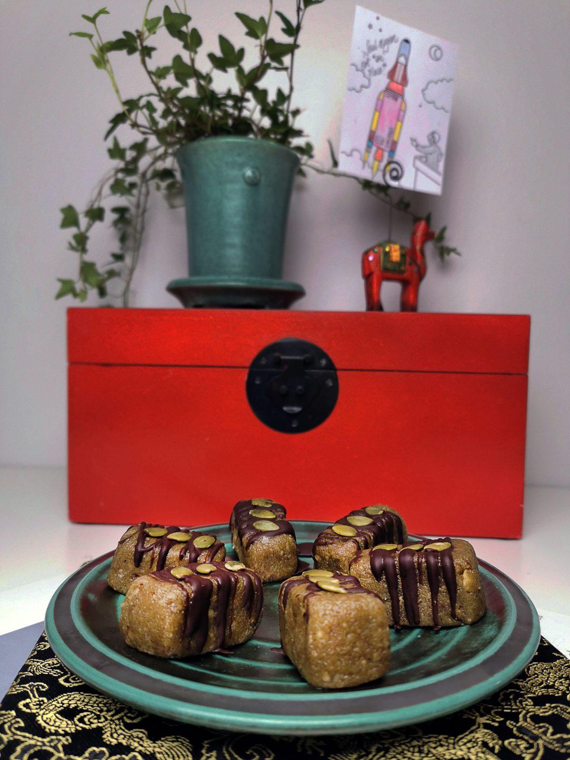 Jordnötsbars toppade med choklad