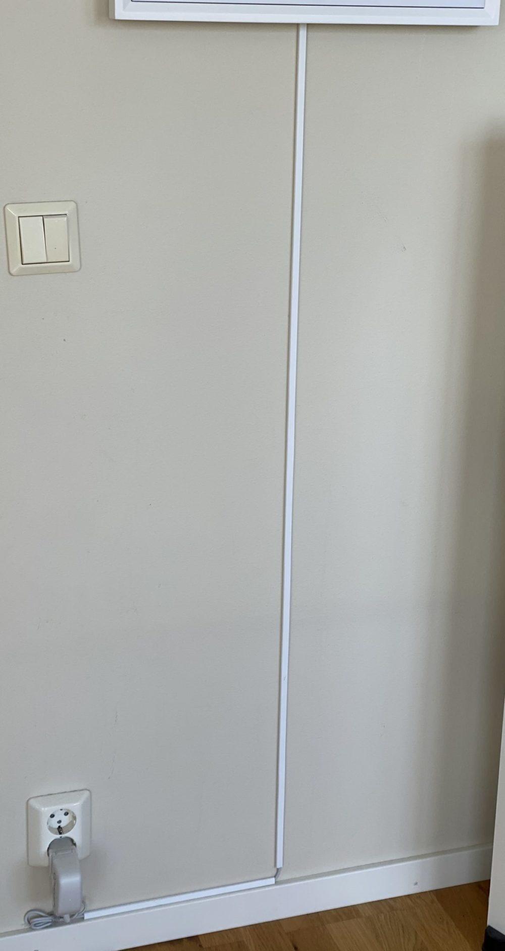 Meural Canvas II hänger på vägg med kabelkanal