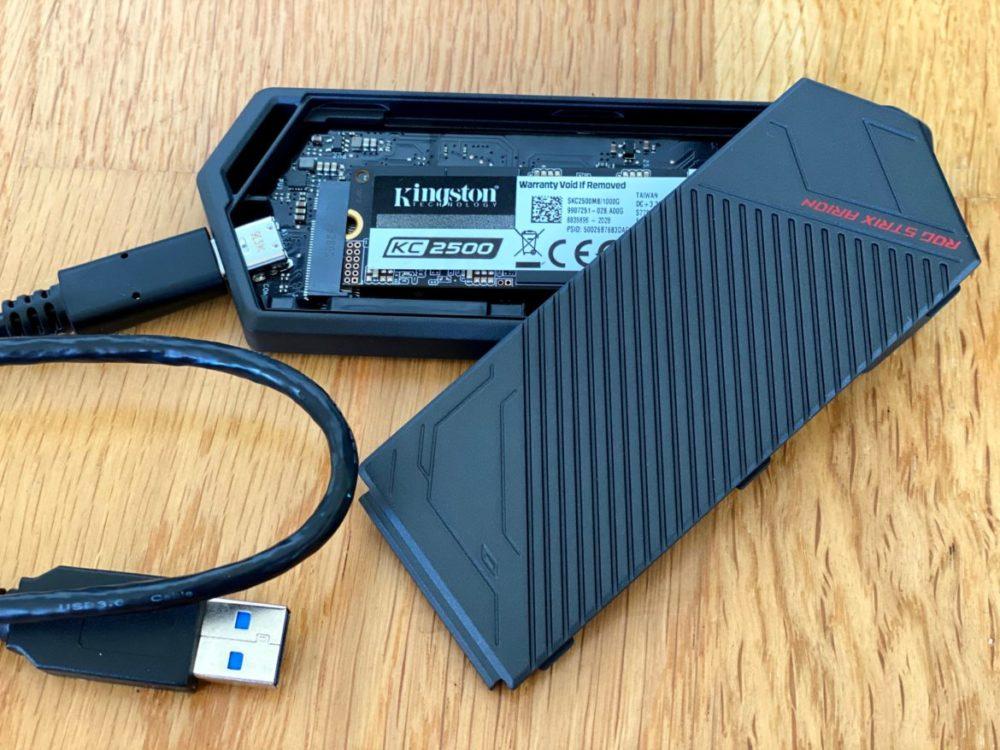 Kingston KC2500 NVMe SSD 1TB med ASUS Arion ROG Strix adapter