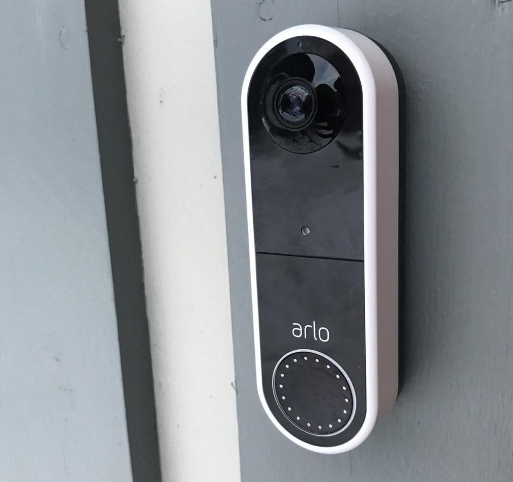 foto: senses.se - Arlo Essential - Video Doorbell Wire-free - monterad på dörr