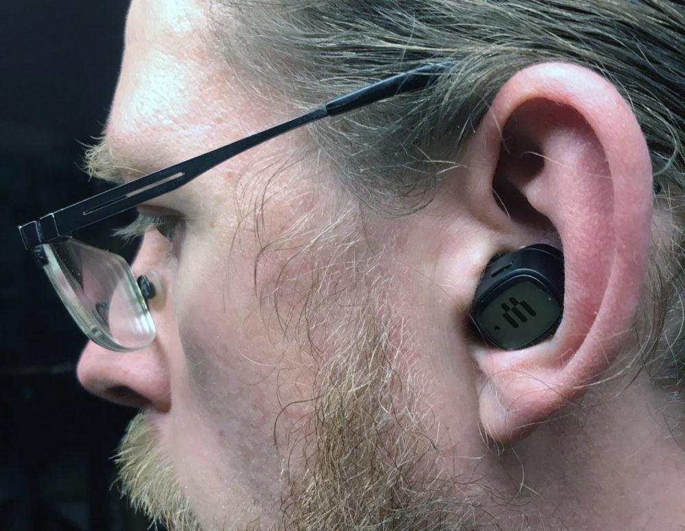 foto: senses.se - Epos - GTW 270 Hybrid - Närbild i öra.
