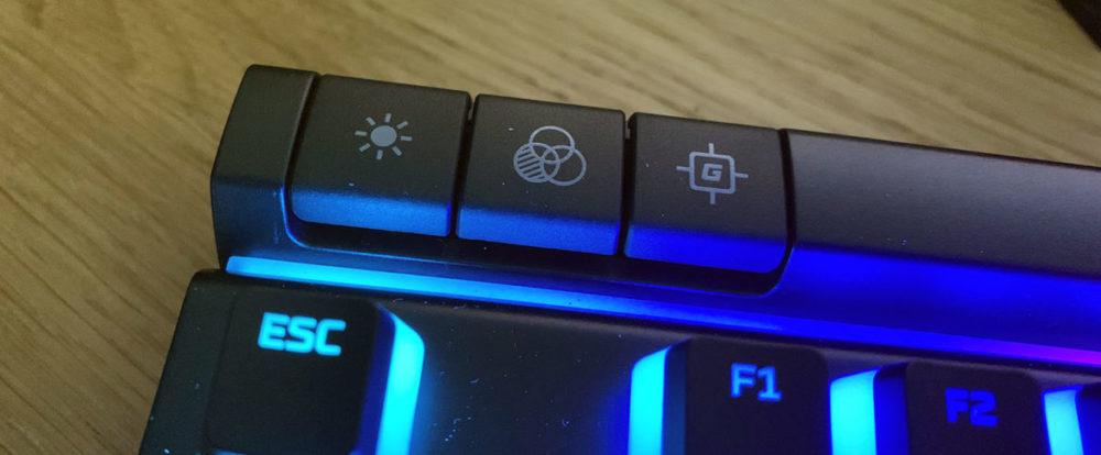 HyperX - Alloy Elite 2 - Foto: Senses.se - Närbild ljusshow-knappar.