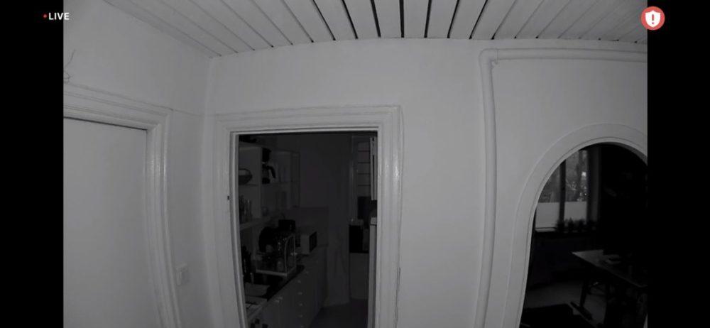 Arlo Essential Spotlight Camera övervakning kontor natt