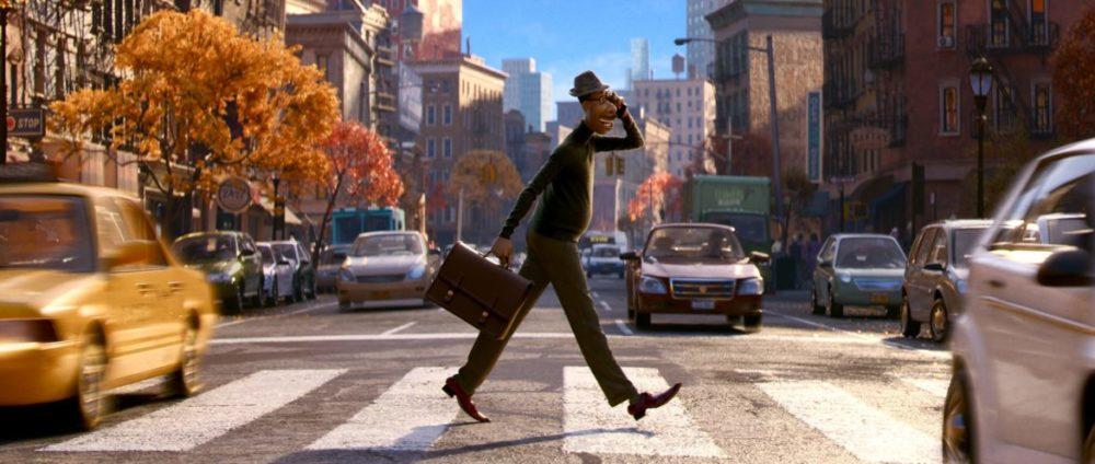 Pressbild: Pixar/Disney - Soul (Själen) - copyright 2021 - Joe walks over road.
