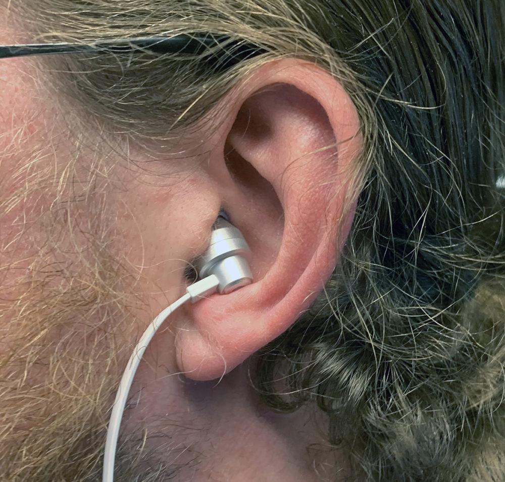 Foto: senses.se - Logitech - G333 - Närbild hörlur i örat.