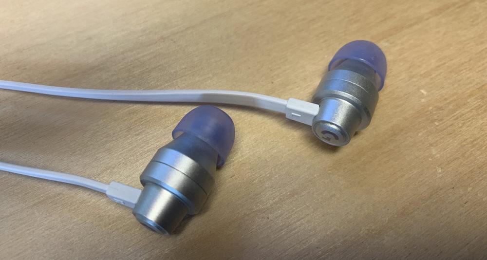 Foto: senses.se - Logitech - G333 - Närbild hörlurarna.