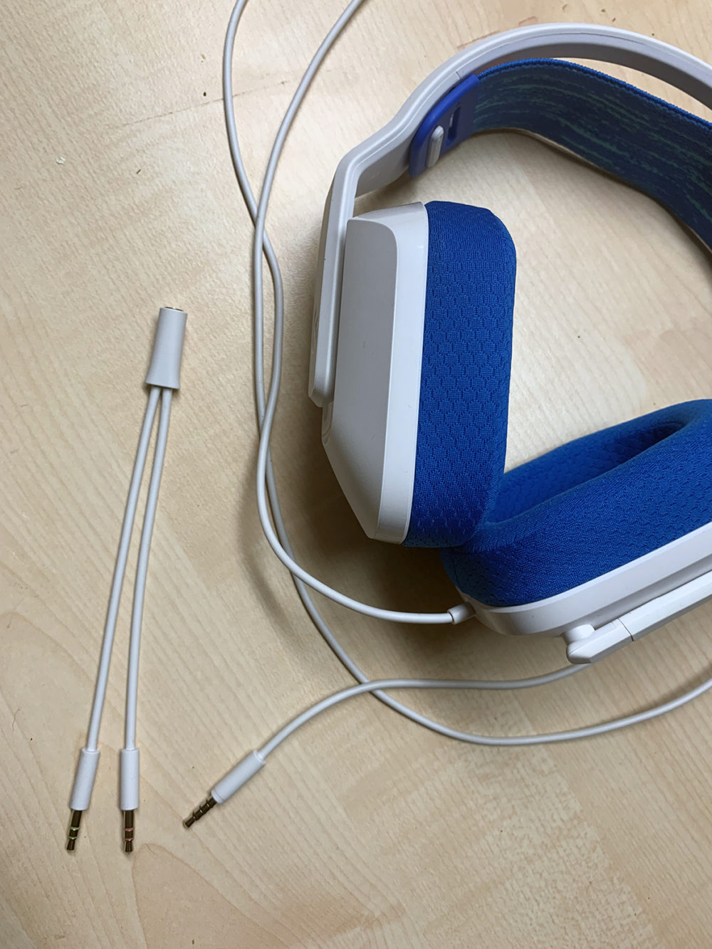 foto: senses.se - Logitech: G335 - Närbild adapter.