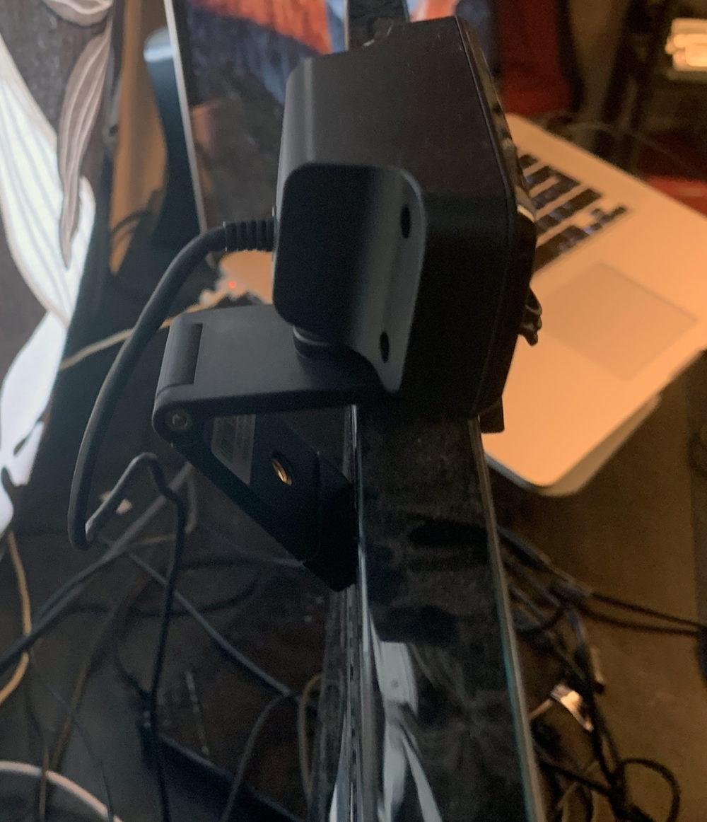 foto:senses.se - Live! Cam Sync V2 - Creative - närbild skärmfäste.
